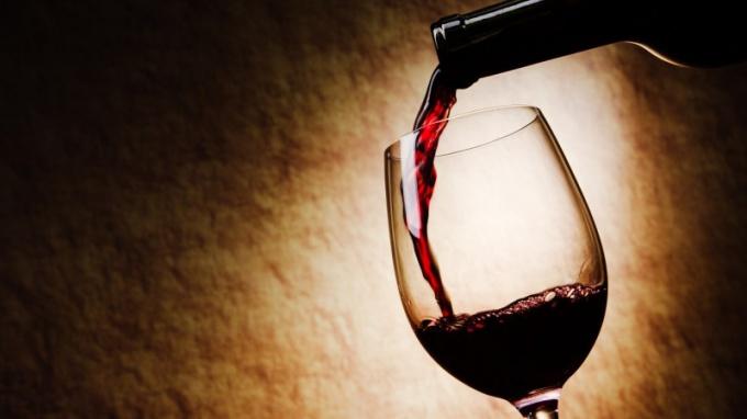 Сколько вина наливать в большой бокал