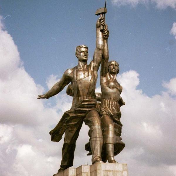 Скульптурная группа «Рабочий и колхозница», скульптор В.И. Мухина