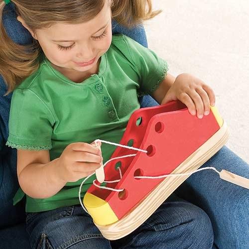 Один из видов развивающих мелкую моторику игр - шнуровка