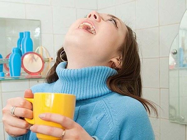 Облегчить боль в горле при скарлатине помогут полоскания настоями календулы, эвкалипта, ромашки
