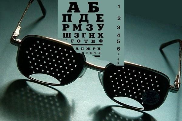 Для чего необходимы очки с пластинками в дырочках взамен стекол
