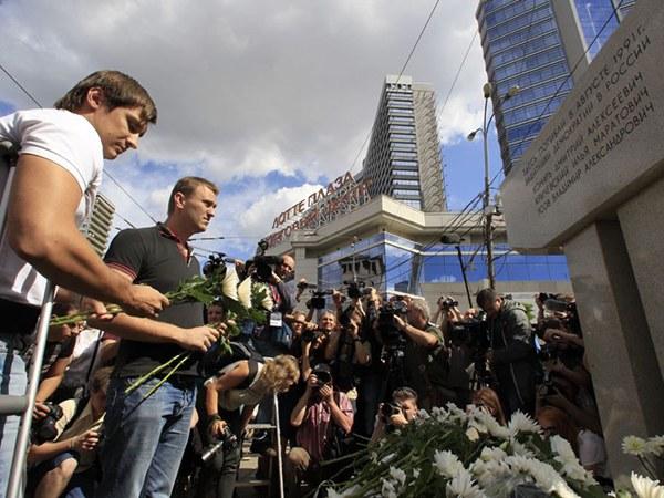 Дмитрий Гудков и Алексей Навальный у памятника погибших защитников Белого дома на Новинском бульваре