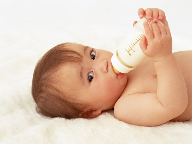 Кормить ли ребенка сцеженным грудным молоком