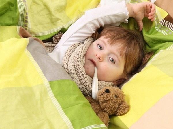 Антибиотики при зеленых соплях у ребенка могут назначаться при повышении температуры