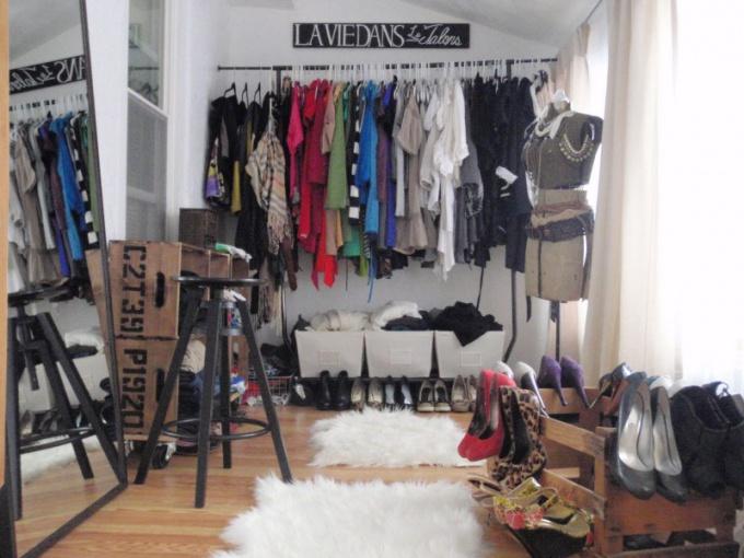 Модникам придется предусмотреть много места под вешалки для одежды и обуви