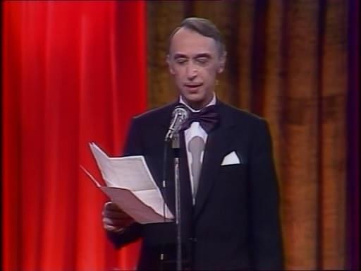 А. Иванов читает со сцены