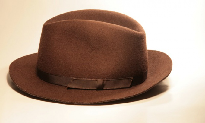 Шляпы пользуются популярностью у уличных модников.