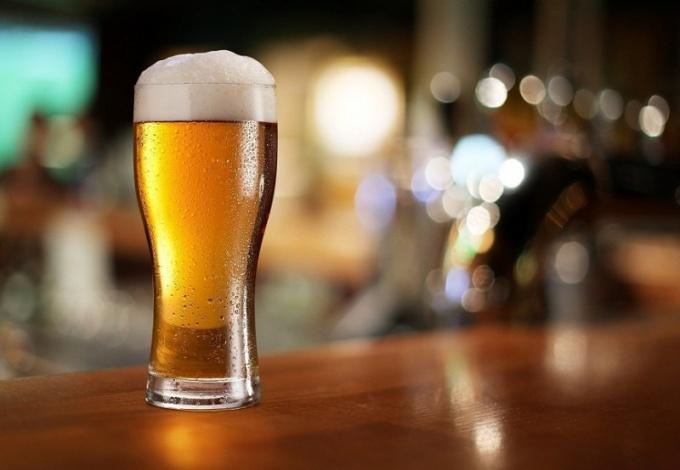 Как налить пиво в бокал, чтобы не было пены