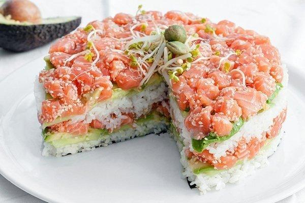 Суши-торт из авокадо, лосося и огурца