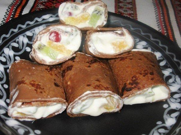 Шоколадные блины с фруктами и взбитыми сливками