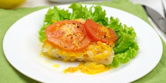 Треска, запеченная с помидорами