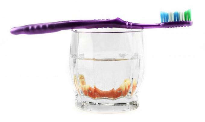 Как ухаживать за нейлоновым зубным протезом