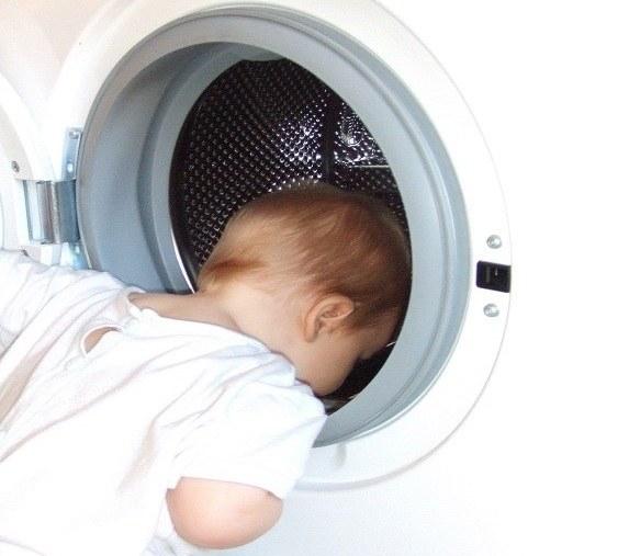 Малыш изучает стиральную машину