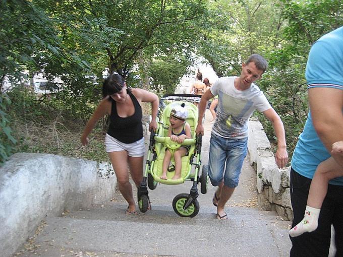 Как поднять коляску по лестнице