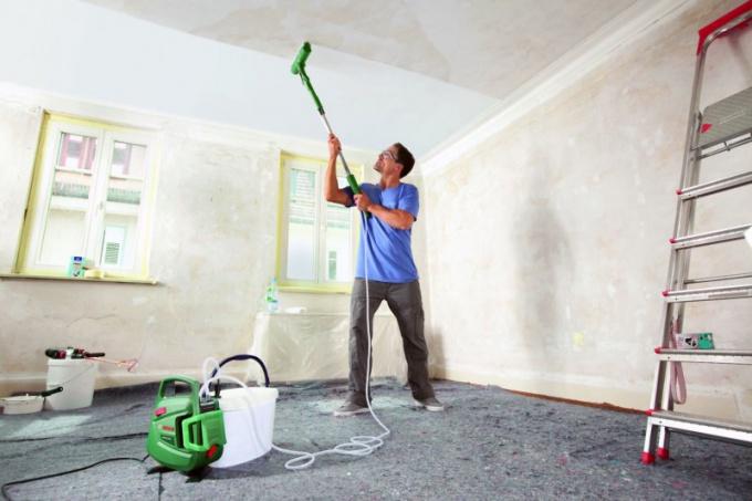 Что лучше: белить потолок или красить?
