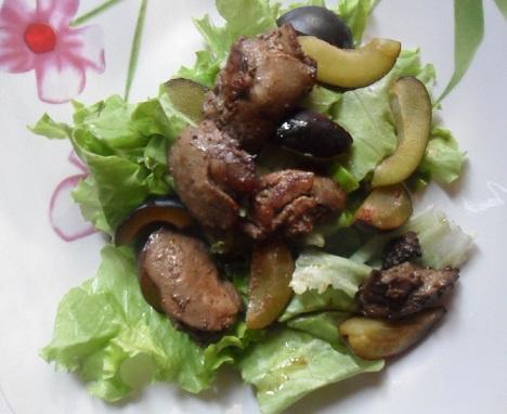 Теплый сливовый салат с куриной печенью