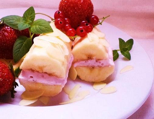 Банановый сэндвич с творожно-клубничным кремом