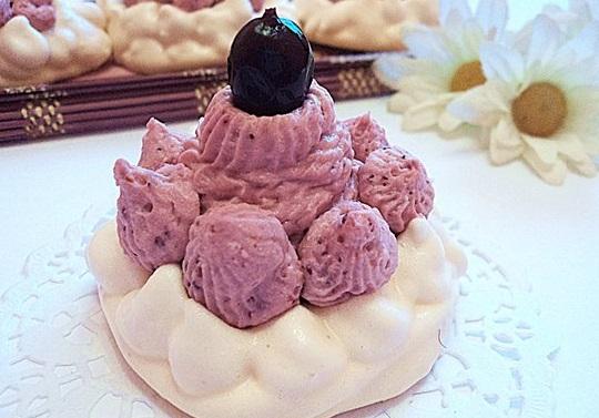 Пирожное-безе с черной смородиной