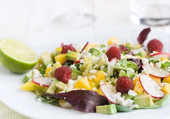 Как приготовить салат с манго, малиной, авокадо и редисом