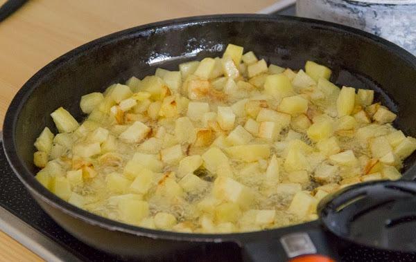 Как пожарить картошку с беконом и зеленым горошком
