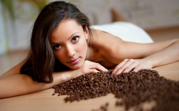 Coffee scrub against cellulite at home