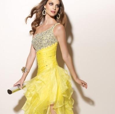 Вечернее платье желтого цвета