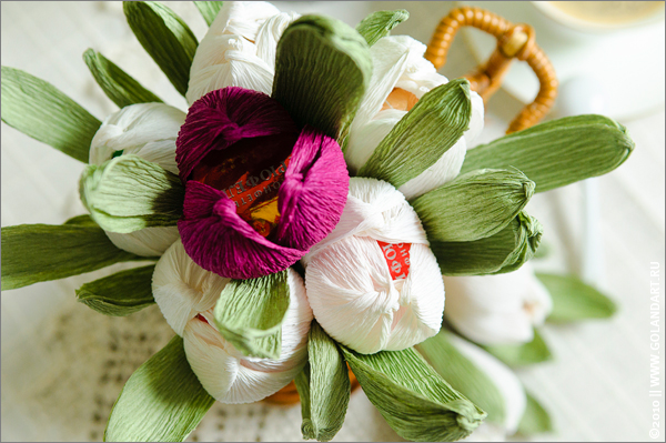 make flowers from sweets and paper spariranno