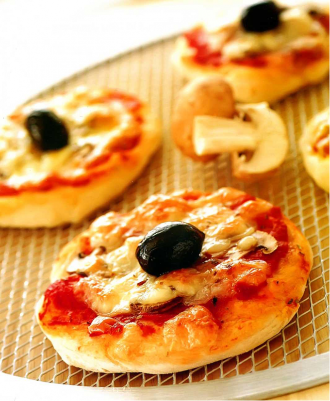 Мини-пиццы с грибами и оливками