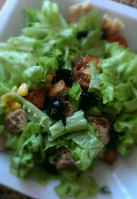 Как приготовить полезный салат в средиземноморском стиле