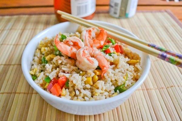 Жареный рис с креветками