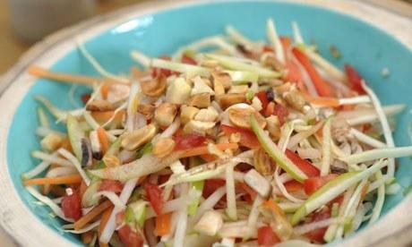 Подрумяненный арахис отлично сочетается со свежими овощами
