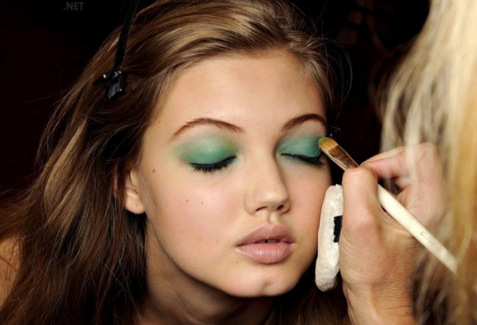 How to Make a Smokey-Ice Makeup for Green Eyes