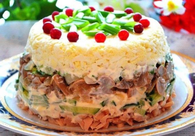 Как приготовить слоеный салат с курицей и грибами
