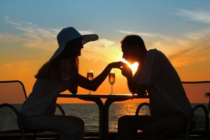 Мужчина целует даме руку. Что это означает?