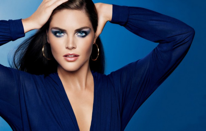 What makeup suitable for blue dress