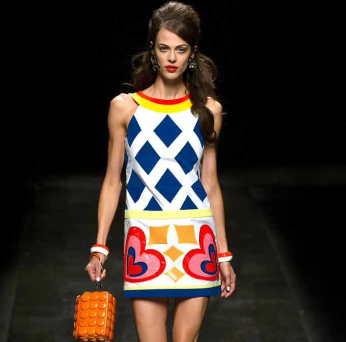 The style 60's short skirt and geometric fit