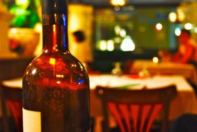Как снять этикетку с бутылки вина