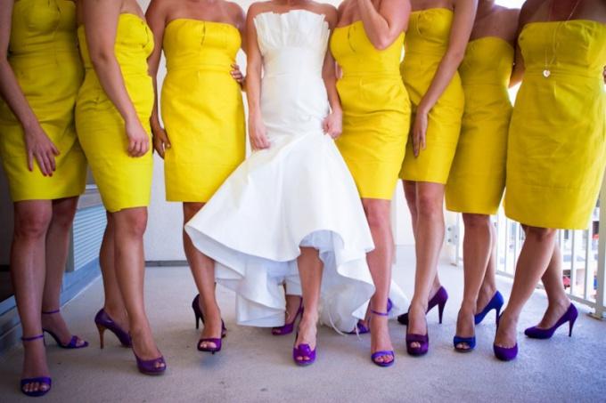 Желтое платье с синими туфлями - одно из самых сочных сочетаний