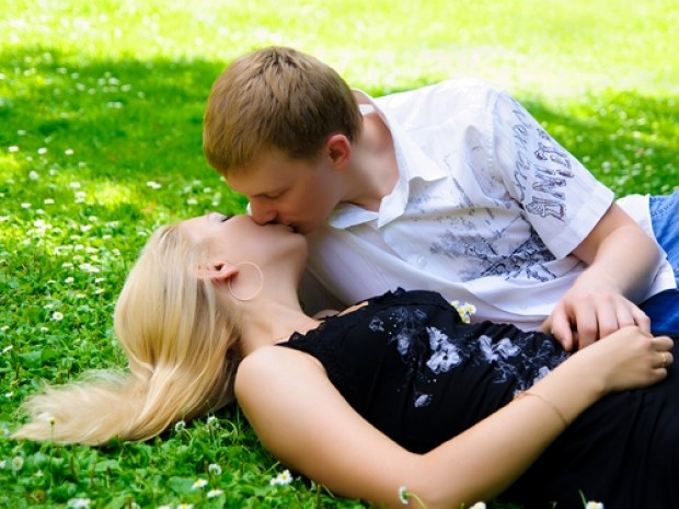 How to understand that a guy wants to kiss a girl