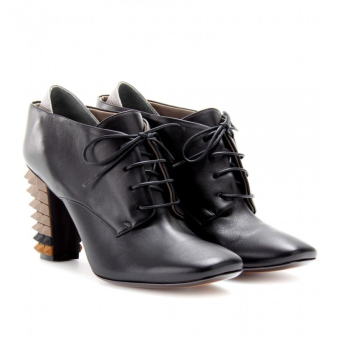 Невысокие полусапожки на шнуровке сочетаются практически с любой одеждой
