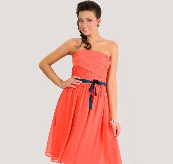 What makeup will suit coral dress