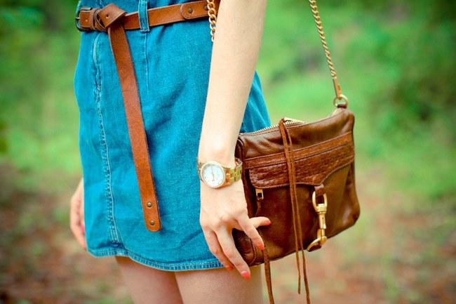 Мужские часы и сумка в рыжих тонах отлично дополняют синее джинсовое платье