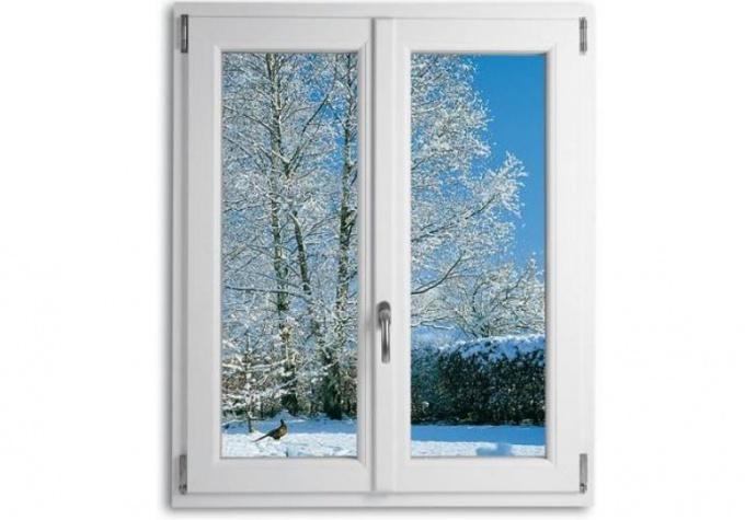 Зимний пейзаж за теплым окном