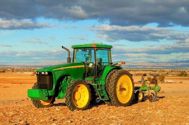 Трактор с культиватором