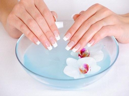 Солевые ванночки - простое лечение почерневших ногтей