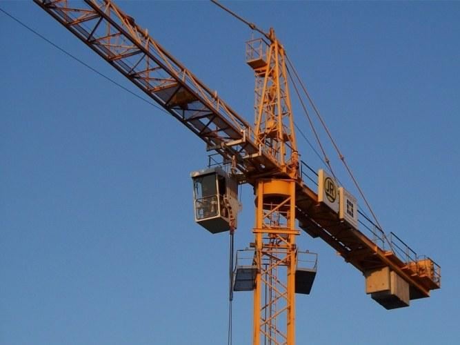 Как на башенный кран устанавливают новые секции