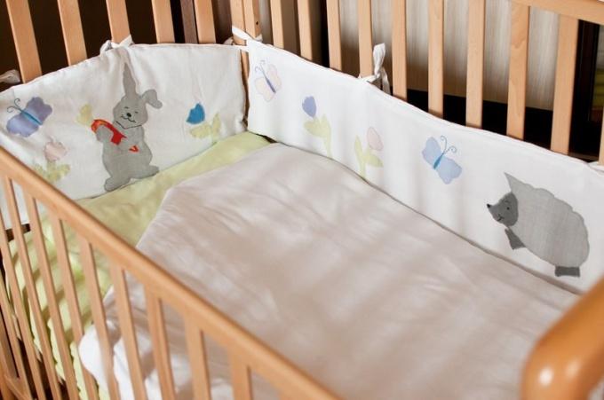 Когда снимать мягкие бортики с детской кроватки
