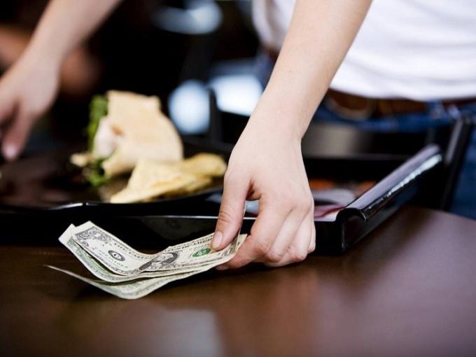 Как попросить счет у официанта