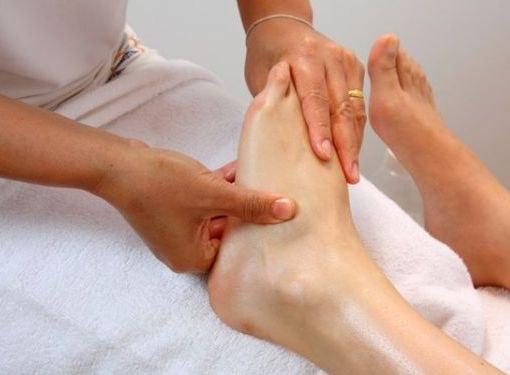 Почему при переломе опухает нога