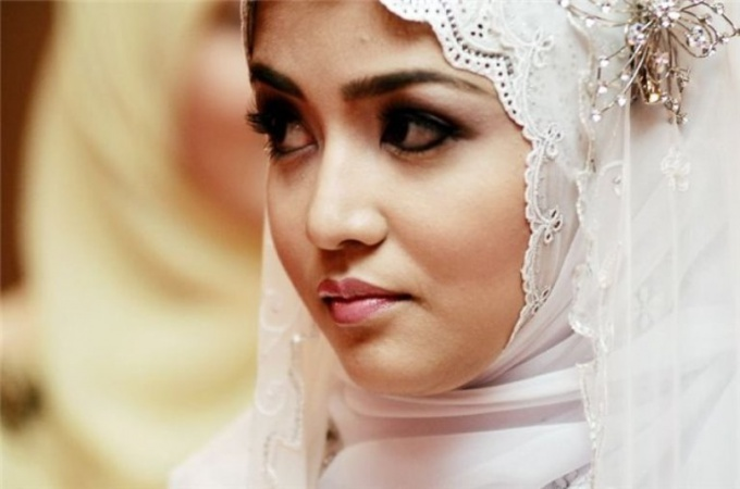 Why Muslim women are not to pluck eyebrows